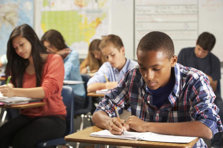 Especialistas trazem importância de combinar avaliação externa, interna e nacional para o bom desenvolvimento da escola.