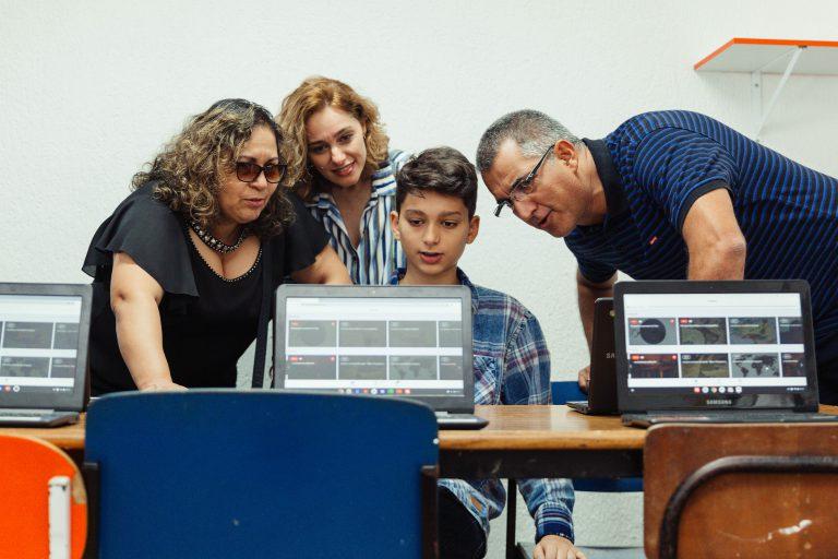 Na Mostra Literaria do Passo Seguro, estudantes apresentam o Geekie One aos familiares