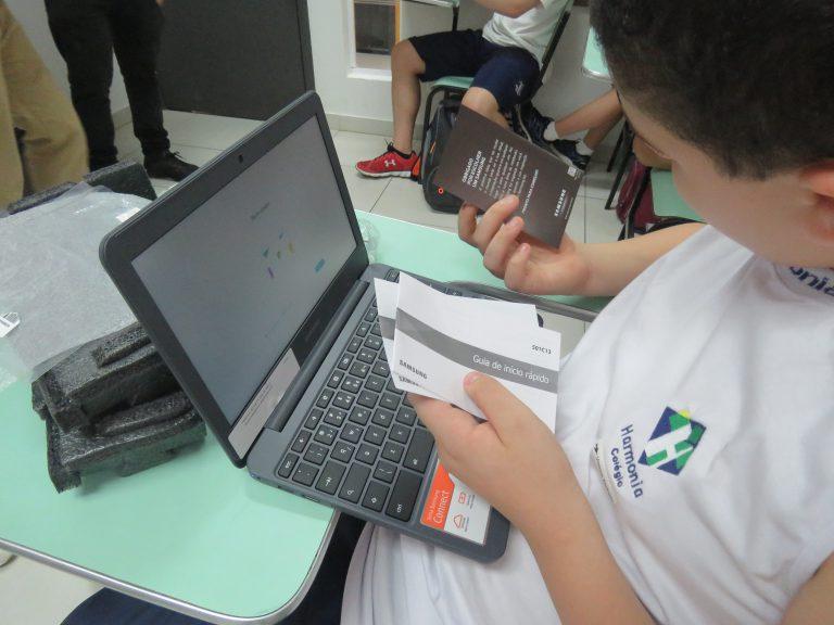 Estudante do Colégio Harmonia recebe o chromebook e o Geekie One para começar as aulas