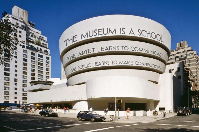 O trabalho artístico de Luis Camnitzer já esteve exposto nas fachadas de mais de uma dezena de museus ao redor do globo como na do Museu Solomon R. Guggenheim, em Nova York.